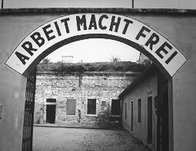 Berlin.Monumento A Las Victimas Del Holocausto.Al Fondo Cúpula Del Bundestag. Non Dimenticare