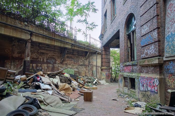 The backyard. More: http://www.placesthatwere.com/2017/12/abandoned-warner-and-swasey-company.html Abandoned Backyard Urbex Trash Abandoned Places Abandoned Buildings Abandoned & Derelict Urban Exploration Urban Decay Creepy Eerie Industrial Decay Industry Cleveland Rust Belt Ohio Abandonedplaces Abandonedbuilding Urbanexploration Abandonedbuildings Business Finance And Industry Day Architecture Building Exterior Factory No People Outdoors