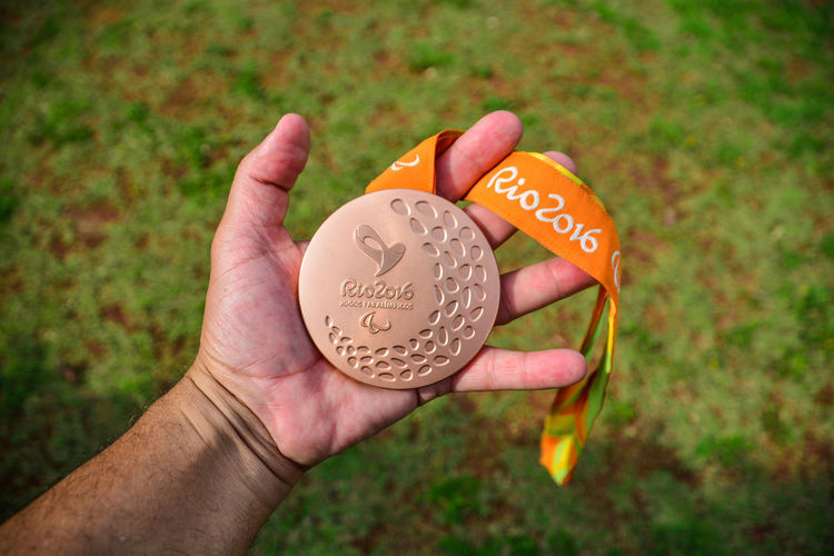 ezefer Adult Adults Only Close-up Day Grass Healthy Eating Holding Human Body Part Human Hand Medal Olimpic One Man Only One Person Outdoors ParaOlympics People Prize Rio2016 Text
