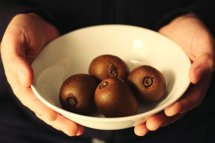 Kiwi - Fruit Human Hand Holding Fruit Healthy Lifestyle Close-up Food And Drink Served Ready-to-eat Bowl