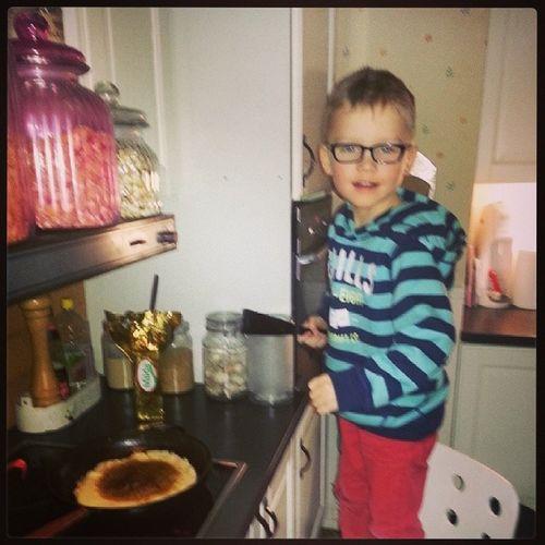 Nils hjälper mamman med pannkakorna!♡ Pannkakor Torsdag Gr äddeSirap sylt