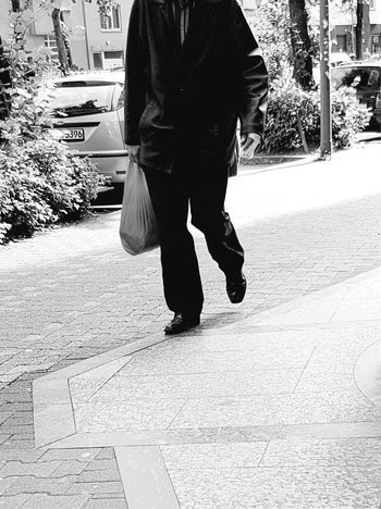 Portrait Headless Headless_collection Headless Men Black And White Portrait Walking Alone... Black And White Collection  Black And White Photography Streetphoto_bw Street Photography City Life City Street Streetphoto My City GalaxyS7Edge Citylife People Of EyeEm Walking After Shopping