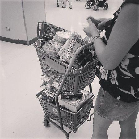 Sinabi ko na kasing big cart ang kunin eh. Makulit talaga tong nanay kong to. Parang di siya impulsive buyer. Grocery NewYear