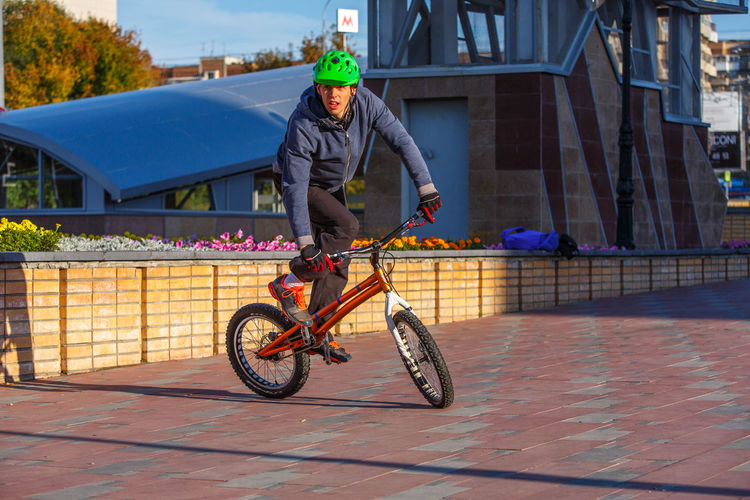 young sportsman training on the street Bike Tricks City City Life Jump Man Practice Sportsman Stunt Bicycle Bicycling Bike Bike Stunt Biker Bmx  Bmx Cycling Bmx Trick Day Helmet Lifestyles Man Training Portrait Sport Sports Photography Training Tricks