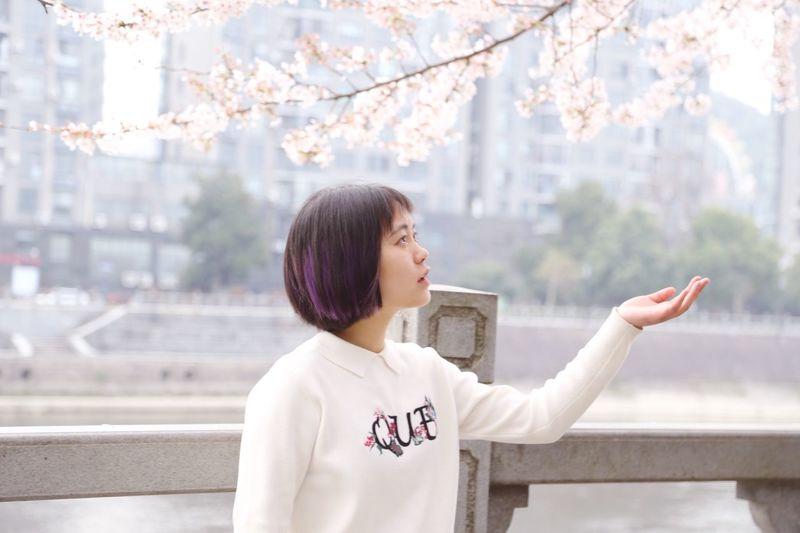 樱花味的四月 One Person Real People Lifestyles Leisure Activity Hairstyle Communication Waist Up Standing Focus On Foreground Nature Tree Young Women Day Hair