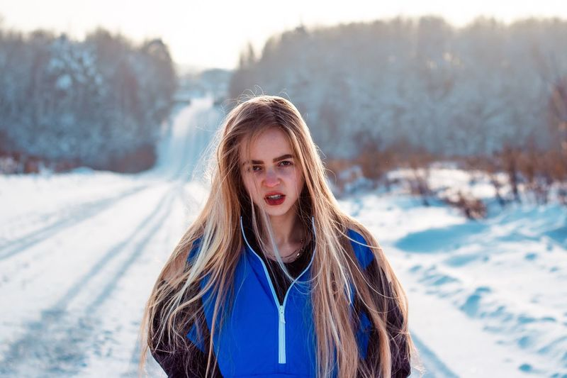 29 января. Что же делать. Winter One Person Cold Temperature Snow Portrait Front View Looking At Camera Lifestyles Clothing Outdoors Scarf Leisure Activity Warm Clothing Real People Young Women Young Adult Nature Day Focus On Foreground Hairstyle