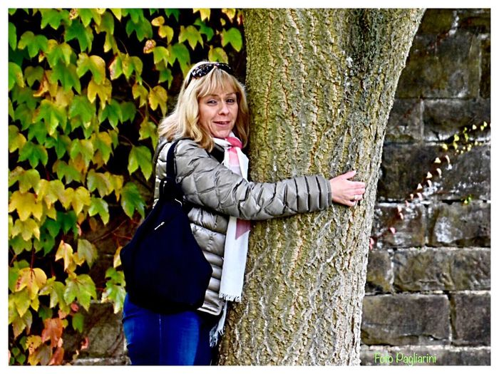 ....mein Freund der Baum 🌳 💫✨ ....my Friend The Tree 🌳💫✨ Blond Hair One Woman Only One Person Looking At Camera Portrait Only Women Outdoors Casual Clothing Standing Smiling Day Adults Only Leaf Adult Beautiful Woman Real People People