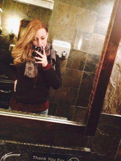 """Gli innamorati diventano spesso nervosi, pericolosi. Perdono il senso della realtà. Perdono il senso dell'umorismo. Diventano irritabili, psicotici e noiosi. Ammazzano perfino la gente."""" Charles Bukowski. La Mezza Roscia Aspetta La Cena Bionda Dentro Blonde Have More Fun💁 Irishpub Times Square NYC Bei Cessi"""