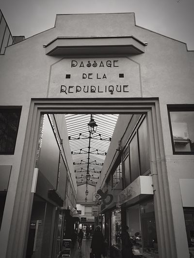 """ Passage de la République "" 📸 ⚫️⚪️ Eyemphotography Point Of View New Photo Black & White HDR Street City Streetphotography Photoshoot Photooftheday Taking Photos Photography First Eyeem Photo Eyem Best Shots Blackandwhite"