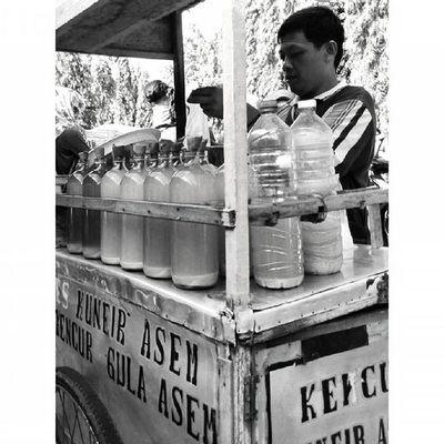 Jamu dan Ekspresi dalam Ceritapagi Pasar Sunmor UGM Yogyakarta INDONESIA Indah Thebeautyofindonesia Trip to Jogja Istimewa Lenovotography Blackandwhite Pocketphotography Photostory Lzybstrd Journey
