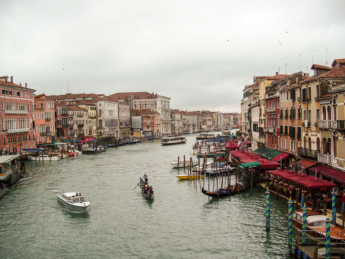 Canale Grande Venedig Architecture Building Building Exterior Built Structure Canal City Cloud - Sky Day Gondola - Traditional Boat Mode Of Transportation Nature Nautical Vessel Outdoors Real People Residential District Sky Transportation Travel Travel Destinations Venecia,Italy Water Waterfront