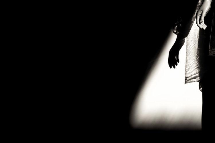 不喜欢黑暗,就挺身进入光明,没想到在身后,又多添出一片黑影。 darkness Human Body Part Dark Black Background Hand Light And Shadow Sculpture