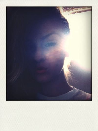Sunlight through the window, weird picture ? Pout Girl