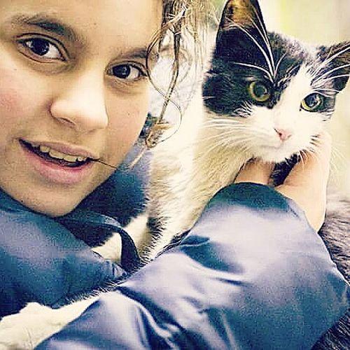 Cat Cute Cute Pet Animal Child Portrait Girl And Cat My Daughter ♥ My Daughter My Daughter ❤️ My Daughter And Cat Black And White Cat Cat Portrait Love Catlove Looking At Camera