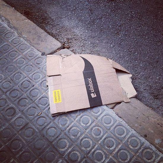 Una caixa d'ulabox al mig del carrer, ni xafada i abandonada perd el somriure #wakeuppics Wakeuppics