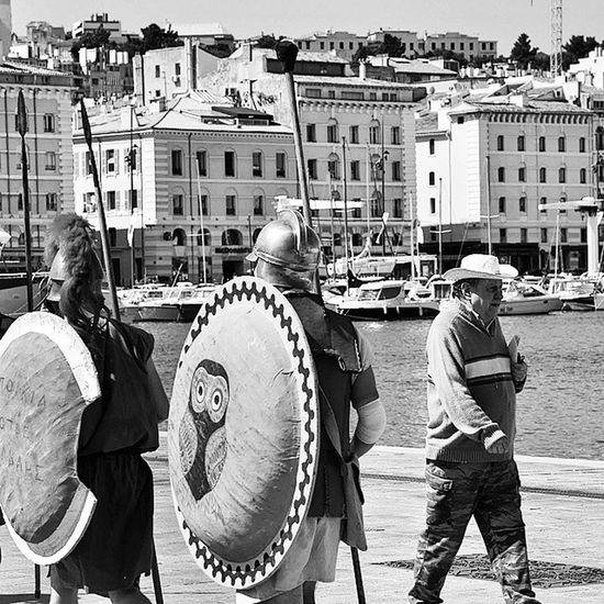 Rencontres sur le vieux-port... Instameet Igersmarseille Massilia Marseille Port N &b Street Urban Marseillerebelle Bnw_mar