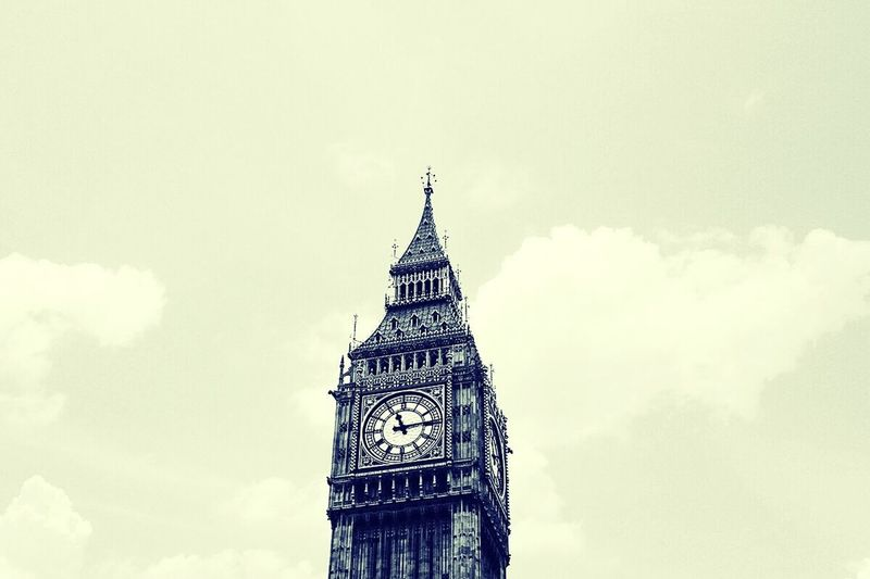 Porque desde lo alto, las sacritas torres de Londres vigilan a las aves. Architecture Cloud - Sky Sky Clock Tower Built Structure No People Outdoors Politics And Government Government Inspirational Moment Photooftheday Abstract Photography Photography Filter Color Photography City Life Tower Canon_official