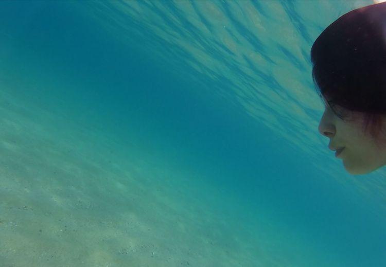 fondale cristallino.....😍🐠🏝️🐙🦀🦐 Deep See Red Color Eyeem Sardinia Sardinia Sardegna Italy  UnderSea Swimming Water Refraction Underwater Women Headshot Reflection