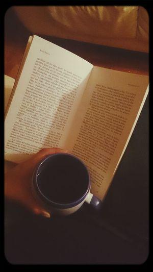 una noche tranquila con un cafe cargado y un buen libro :)