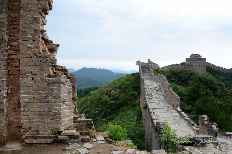 Great wall of china against mountains