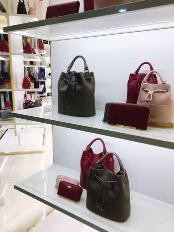 Beautifully Organized Store Display Handbags Mall Glass - Material Angles Shelves