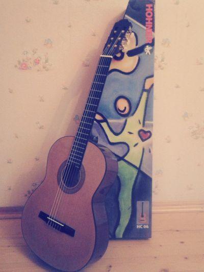 Аеееее. Мне купили гитару, теперь буду учиться играть! мечты сбываются!