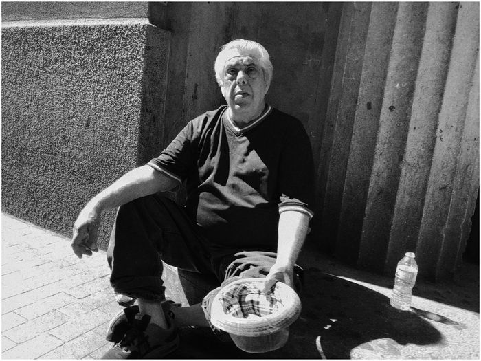 PORTRAIT OF MAN SITTING WITH ICE CREAM OUTDOORS