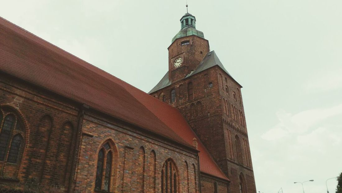 Chiesa Cielo Rosso Mattone Vetrate Orologio Antico Centro Città