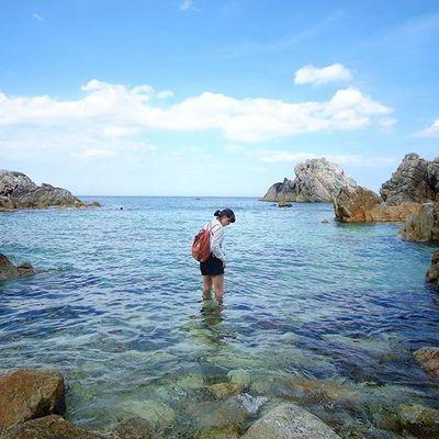 It was the first time putting my feet in the water of a beach on the eastern coast. The water was surprisingly cool! 동해바다에 발을 담가본 건 난생처음이었는데, 물이 어찌나 시원하던지 머리가 다 맑아지는 기분이었어요! Imagineyourkorea 장호항
