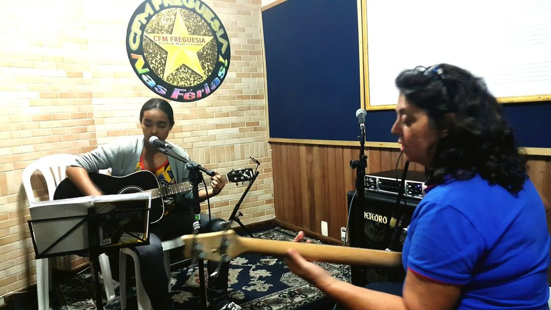 Letícia praticeing music with the teacher Lee Santos - Music School SauloValley Pratice Live Music Learning Musi