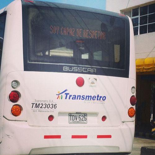 AnimalesEnLaVia edición Barranquilla Colombia Este señor que maneja el alimentador del Transmetro no sabe para que están las direccionales, cambia de carril como de ropa interior. Irónico no? El mensaje lee SoyCapazDeRespetar