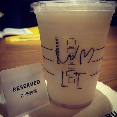 2015.07.06 . STARBUCKS® ForHere Iced Grande withWhiteMochaSyrup StarbucksRefreshers® BeverageCoolLime . . 今日はホワイトモカを追加😋 . . 今日のIDは本物だよぉ(*´∇`)ノ . . Starbucks Starbuckscoffee スタバ Miillains Miillainsはスタバっ子w うまうま トールじゃ足りないのでグランデw