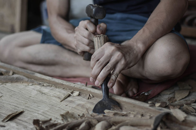 Art Wood 06 Art And Craft Chisel Craft Creativity Hand Holding Human Body Part Human Hand Indoors  Making Occupation One Person Preparation  Real People Selective Focus Skill  Wood - Material Work Tool Working Workshop