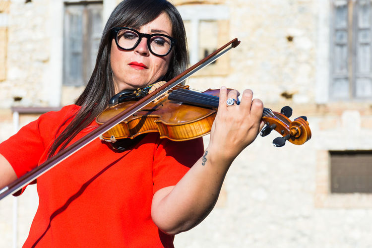 Music Musical Instrument String Instrument Violin Glasses Eyeglasses  One Person Musician Holding Artist Musical Equipment Arts Culture And Entertainment Young Adult Women Violinist Portrait Real People Playing Front View Waist Up Bow - Musical Equipment Skill  Hairstyle