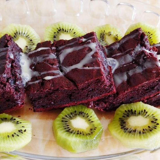 Close-up of brownies with kiwi in plate