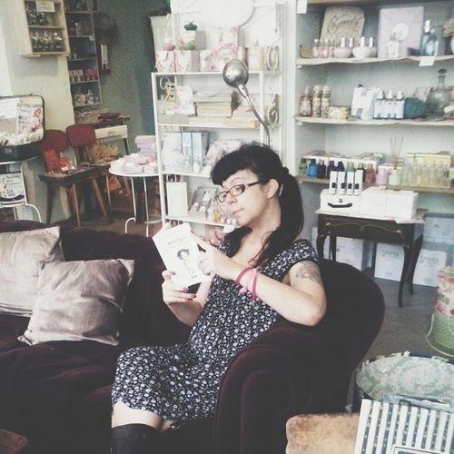 In una giornata di pioggia può capitare di leggere Vintagismi di @ilaria_urbinati da @melissa_erboristeria Vscocam