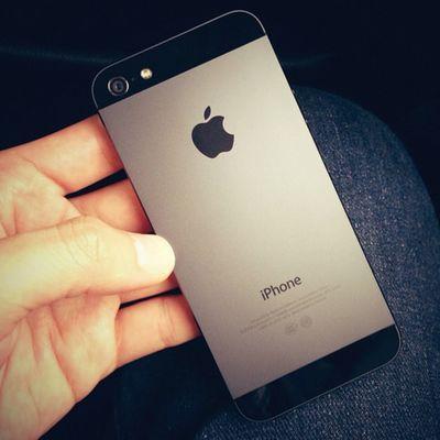 Mình cần bán 01 ip5 đen, global, hàng chính Mỹ (LL) 64Gb, ai có nhu cầu liên hệ inbox hoặc sđt 0909.01.10.93 gặp V.V.A! Sáng mai máy bay đáp, trưa mai sẽ có hàng để bán, tươi rói, nóng hổi! (Trên hình là ip5 64Gb của ông già mua bên Úc với giá A$1000) Nếu ai có nhu cầu mình còn Macbook pro retina bán luôn <3