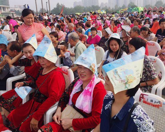 防晒团1 Large Group Of People Crowd Day Red Lifestyles Men Togetherness Women People Real People Outdoors Adult Adults Only Connected By Travel