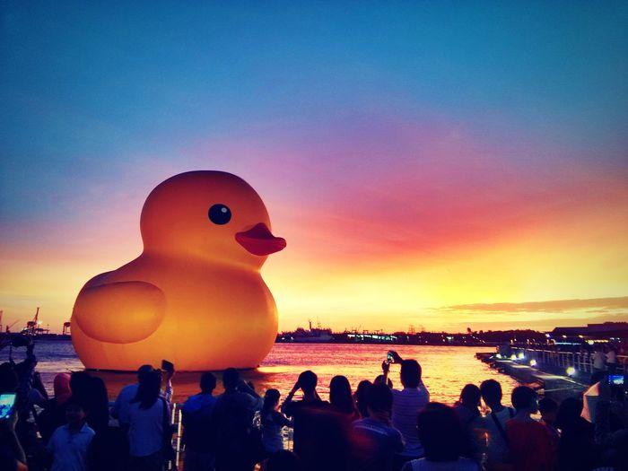 那年火燒雲下的黃色小鴨 | Rubber duck bathed with crimson clouds in Kaohsiung. Kaohsiung, Taiwan Rubber Duck Landscape Relaxing Xiaomi 2s Hdr_Collection
