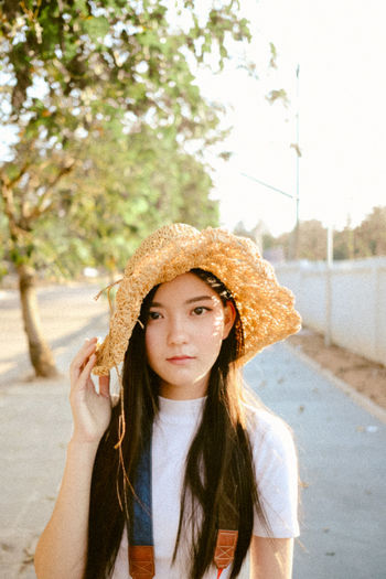 Light Thailand Women Who Inspire You Beautyful  Cute Cute Girl Front View Girl Hairstyle Leisure Activity Lifestyles One Person Portrait Real People Streetphotography Sunlight And Shadow Women women around the world Women Portraits Women Style