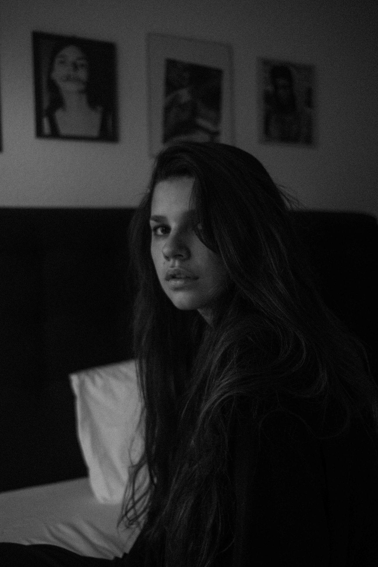 в помещении, один человек, домашний интерьер, молодые женщины, кровать