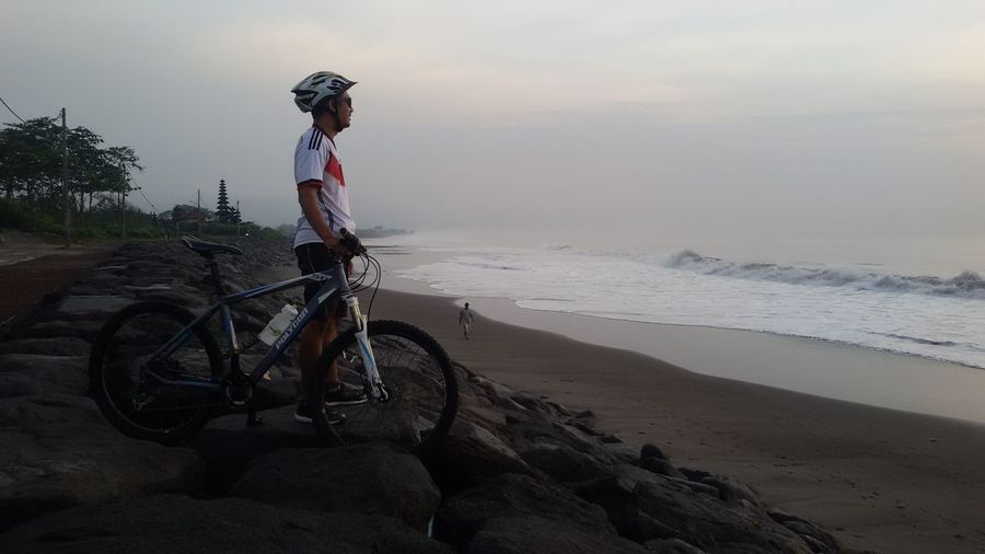 Waiting the sun rise 🚲🌊🌞 CyclingUnites Morning Ride  Cycling Lover Tranquil Scene