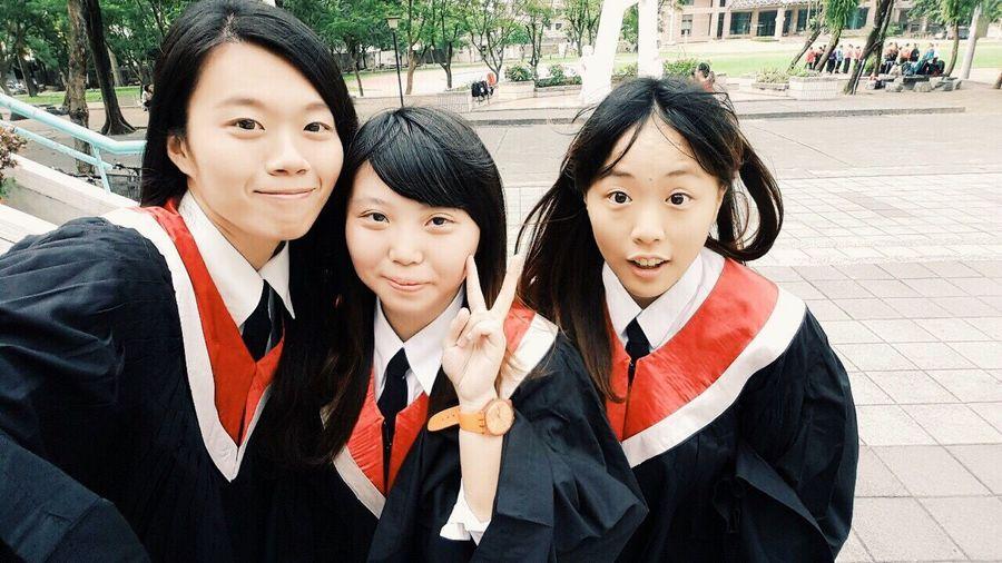 畢業日已經不遠啦!向大學的我致敬!然後又要步入下ㄧ個階段 Graduate School That's Me Friend ✌ Classmates