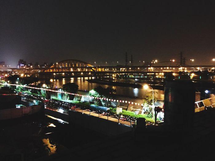 有些心情不適合在IG或是FB上發洩 這裡是我最後的避風港 香菸啤酒再加上陽台的美景 香菸 啤酒 彩虹橋