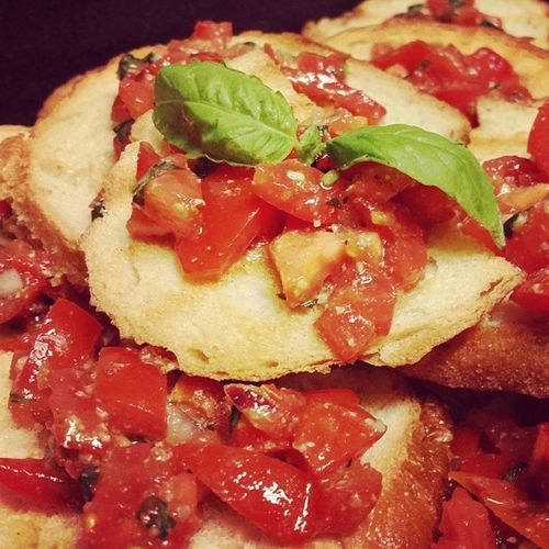 Fresh Tomato Basil bruschetta on grilled garlic bread Springvibe Legalrunners Buenavegansocialclub Thebuenavegansocialclub whatveganseat whatvegans8 yourhealthisyourwealth