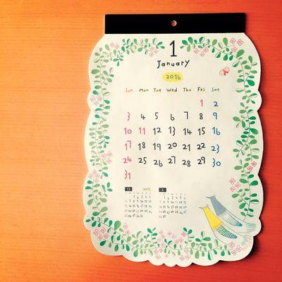 年末年始が、すごくすごく忙しすぎた。 だから、いま。 ゆっくりできる時間になったよ。 溜まってる手帳の整理をしたり、マステや粘土をさわったり。 このトリさんのカレンダーや、鳩時計カレンダー、ナチュキチで買ったカレンダーとともに、今年は100円ショップのカレンダーをめくるよ。 100円ショップ カレンダー Calendar お正月