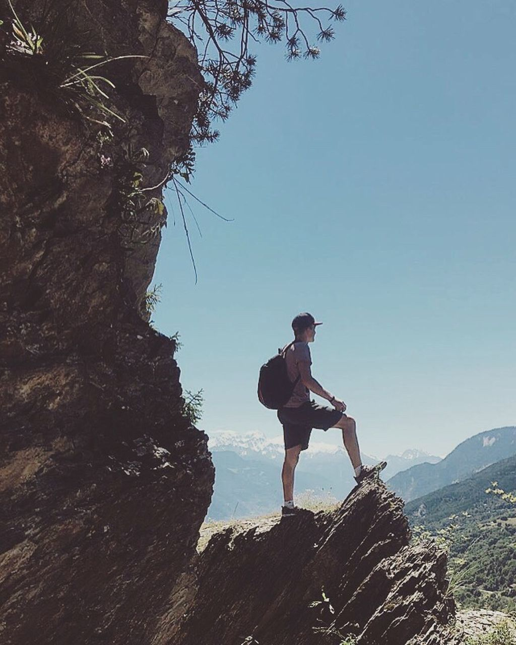full length, mountain, rock - object, adventure, one person, leisure activity, real people, day, outdoors, nature, lifestyles, standing, hiking, men, young adult, beauty in nature, clear sky, scenics, tree, sky, one man only, only men, adult, people