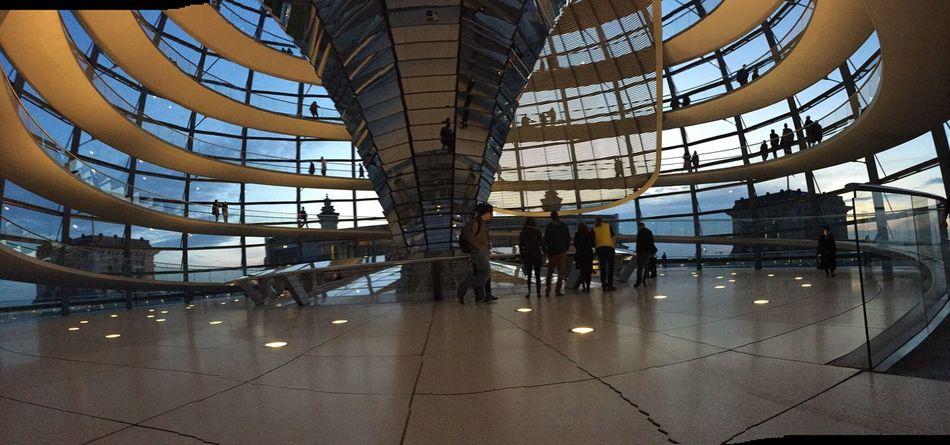 La cúpulaes iluminada solo con la luz del suelo reflectada por los espejos NormanFoster