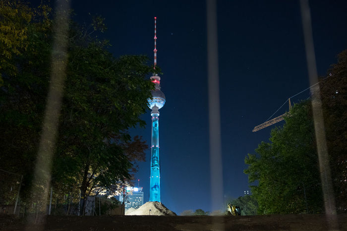 Who needs airlines when Berlin can beam? Beam Me Up Fernsehturm Fernsehturm Berlin  Imagination Night Photography Nightphotography Architecture Blue Built Structure Communication Fol2017 Illuminated Low Angle View Night Sky