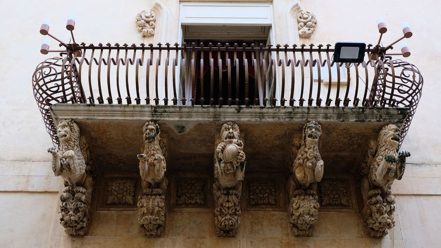 City of Noto. Province of Syracuse, Sicily. One of the spectacular balconies of the Palazzo Nicolaci. The entire city of Noto is known as one of the most remarcable examples of the sicilian baroque style. Noto,sicily Syracuse  Sicilian Baroque Architecture Detail Close-up Elaborate Architectural Detail Elaborate Artwork Balcony Rare Peculiar Architecture Palazzo Nicolaci Sandstone Limestone Lion Head Sculpture